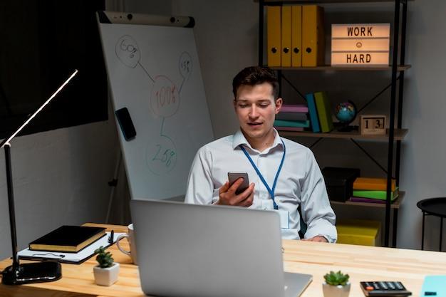 Portrait de jeune homme travaillant à domicile la nuit