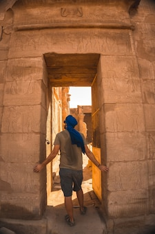 Portrait d'un jeune homme avec un turban bleu à l'entrée du temple d'edfou