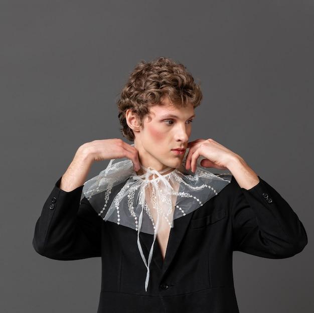 Portrait jeune homme vêtu de maquillage et de vêtements élégants