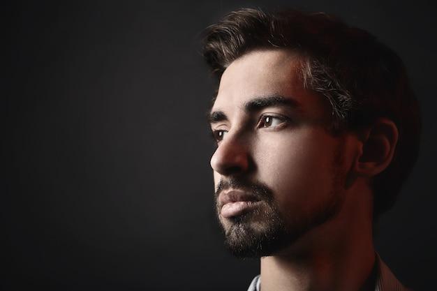 Portrait de jeune homme. visage en gros plan. fond noir