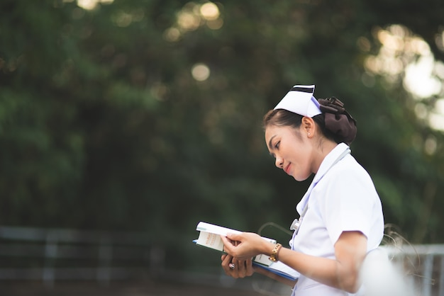 Portrait d'une jeune infirmière coiffée d'un chapeau blanc