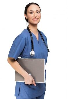 Portrait d'une jeune infirmière souriante