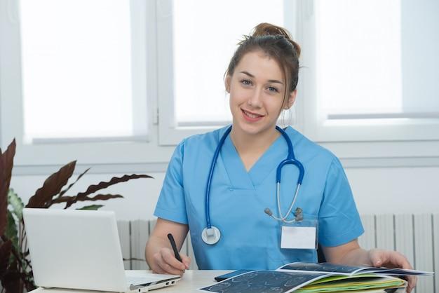 Portrait de jeune infirmière en uniforme bleu