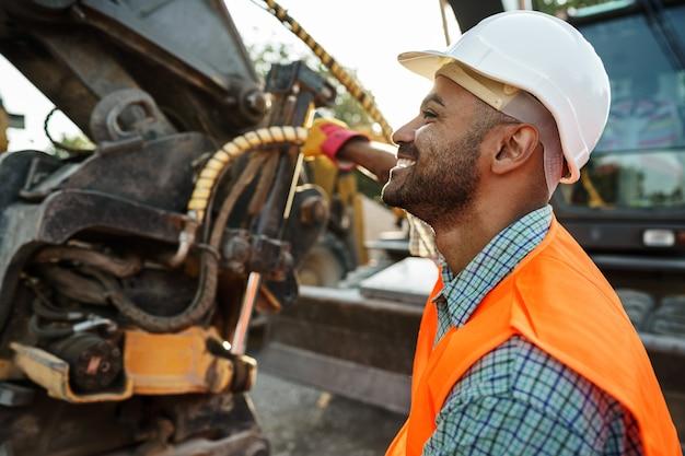 Portrait de jeune ingénieur en construction portant un casque