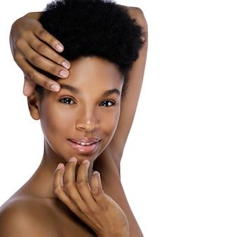 Portrait de jeune et jolie femme africaine