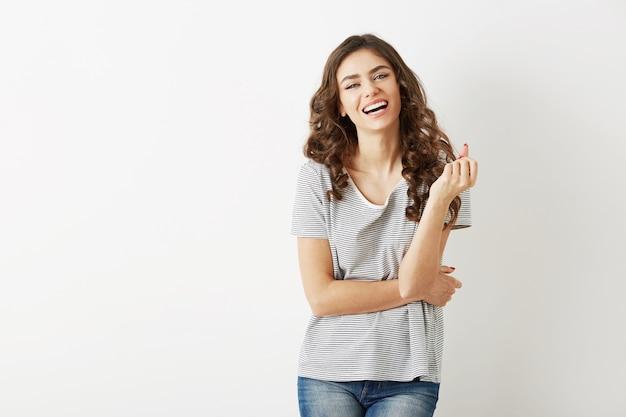 Portrait de jeune jolie femme en t-shirt en riant, isolé, heureux, sincère sourire, longs cheveux bouclés, dents blanches