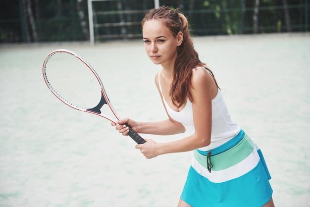 Portrait d'un jeune joueur de tennis prêt pour un service.