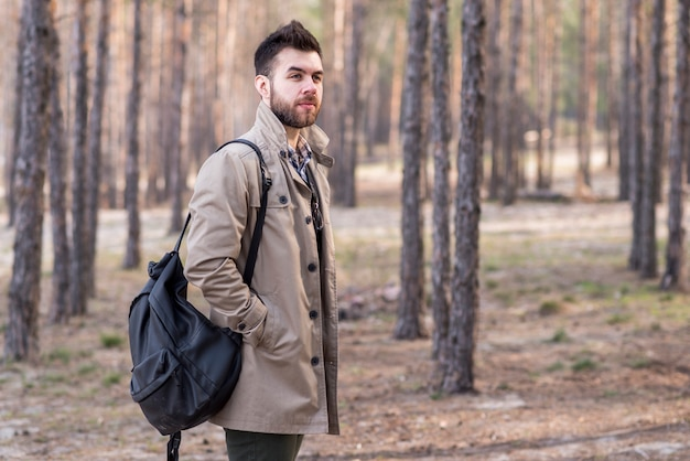Portrait, jeune, mâle, voyageur, tenue, sac à dos, épaule, forêt