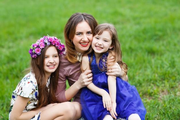 Portrait d'une jeune maman et ses deux filles.