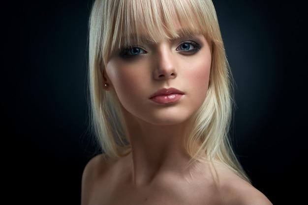 Portrait d'une jeune mannequin aux cheveux blonds