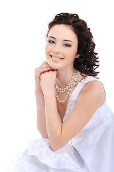 Portrait de jeune mariée heureuse