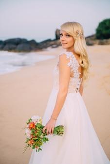 Portrait de jeune mariée sur la plage de l'océan