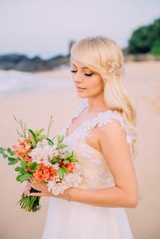 Portrait de jeune mariée sur la plage tropicale