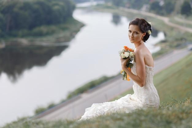 Portrait de jeune mariée réfléchie