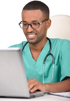 Le portrait d'un jeune médecin africain est souriant.