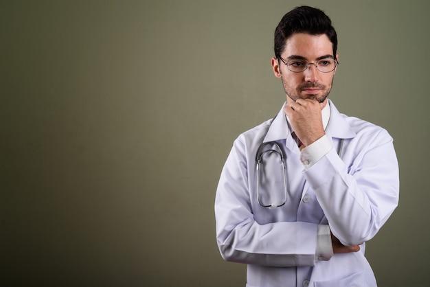 Portrait de jeune médecin bel homme avec des lunettes