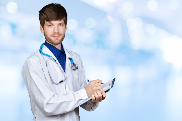 Portrait de jeune médecin confiant