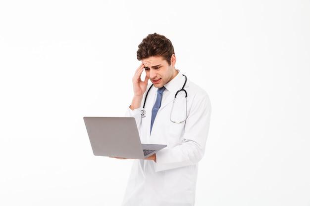 Portrait d'un jeune médecin de sexe masculin frustré