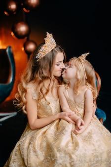 Portrait de jeune mère et petite fille en robes luxueuses