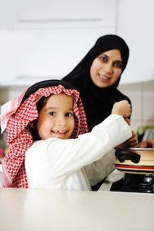 Portrait de jeune mère et son fils en train de déjeuner ensemble