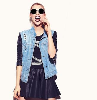 Portrait de jeune modèle femme heureuse avec un maquillage lumineux et des lèvres colorées dans des vêtements d'été hipster isolés sur blanc. devenir fou