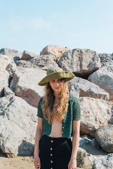 Portrait, de, jeune, moderne, femme, à, chapeau, tête, debout, près, plage, rochers