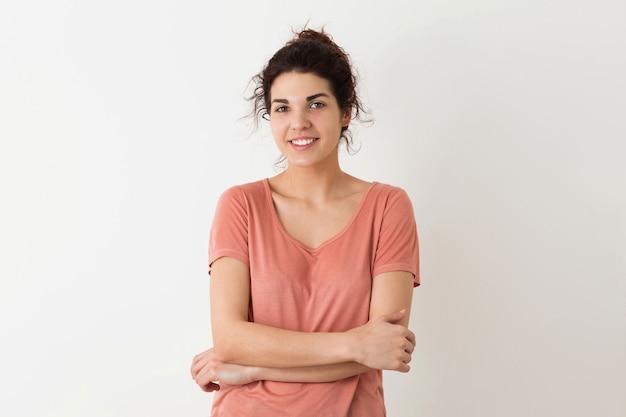 Portrait de jeune naturel à la recherche de sourire heureux hipster jolie femme en chemise rose posant isolé sur fond blanc studio