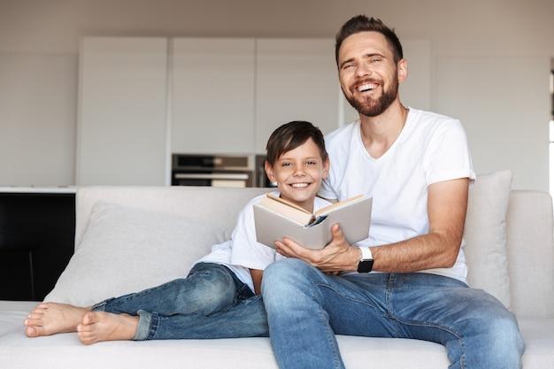 Portrait d'un jeune père heureux et son fils
