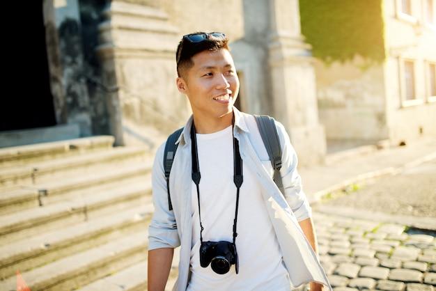 Portrait de jeune routard voyageur asiatique dans la ville.