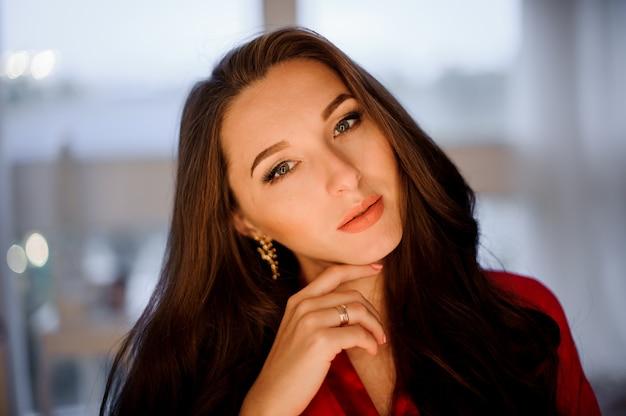 Portrait de la jeune et séduisante femme brune