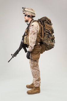 Portrait d'un jeune soldat américain du marine corps sur fond gris