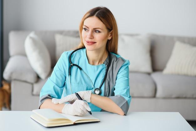 Portrait d'un jeune travailleur médical avec une attitude positive