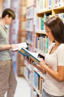 Portrait de jeunes adultes étudiant un livre