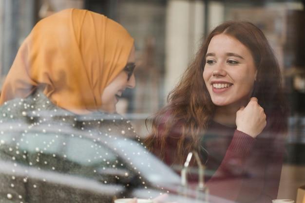 Portrait de jeunes amis heureux en riant