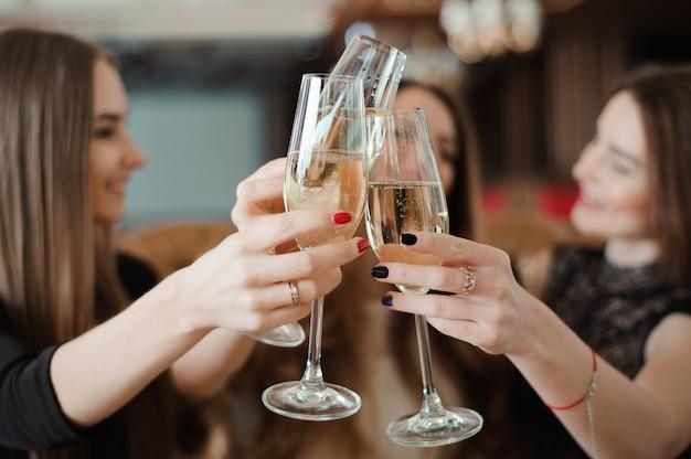 Portrait de jeunes amis heureux de toucher les verres les uns avec les autres.