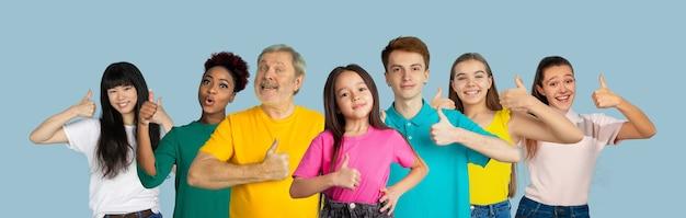 Portrait de jeunes sur collage de fond studio bleu clair
