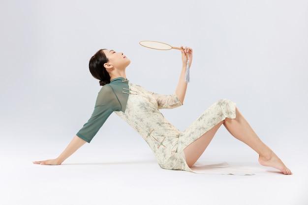 Portrait de jeunes femmes asiatiques portant des vêtements traditionnels chinois en studio