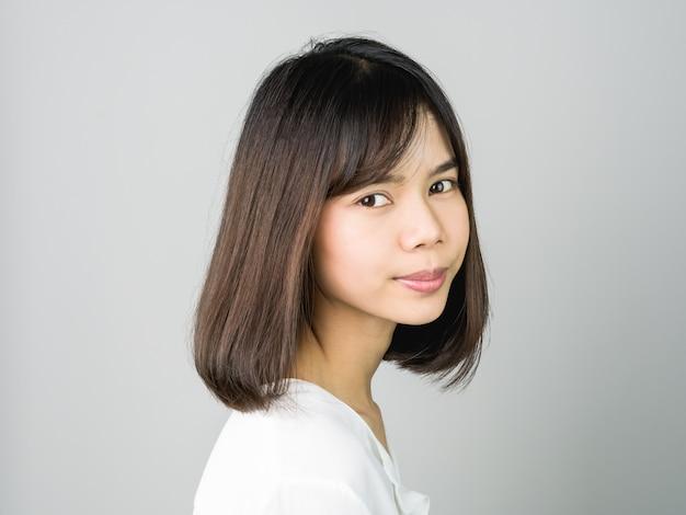 Portrait de jeunes femmes asiatiques souriantes sur les bretelles
