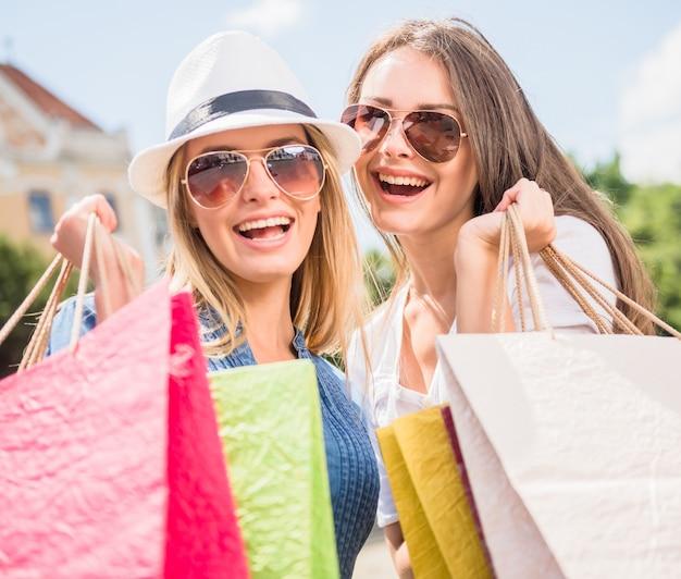 Portrait de jeunes femmes attirantes à lunettes de soleil.