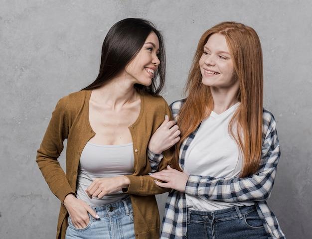 Portrait de jeunes femmes heureuses ensemble