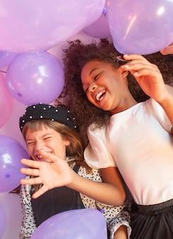 Portrait de jeunes filles à la fête avec des ballons