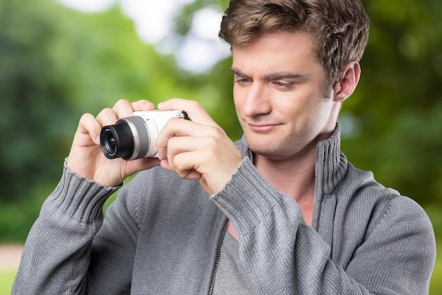 Portrait de jeunes hommes prenant une photo