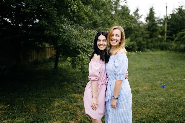 Portrait de jeunes soeurs
