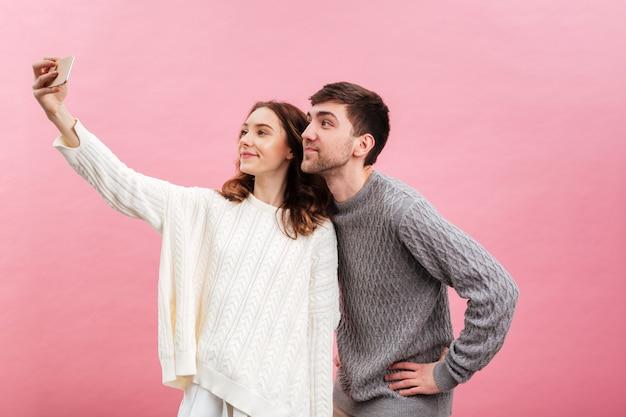 Portrait de joli couple d'amoureux vêtu de chandails