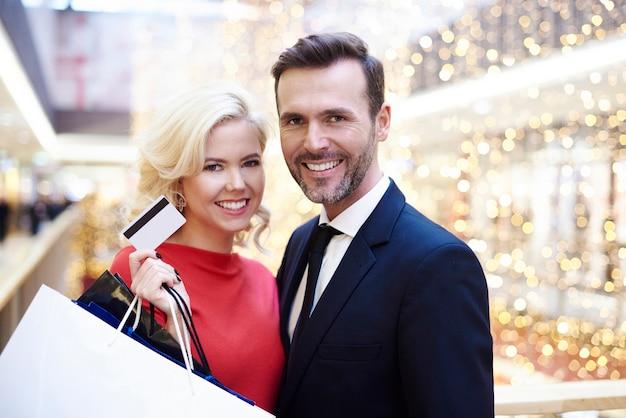 Portrait de joli couple dans le centre commercial