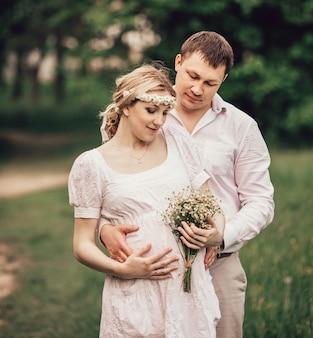 Portrait d'un joli couple marié sur un parc