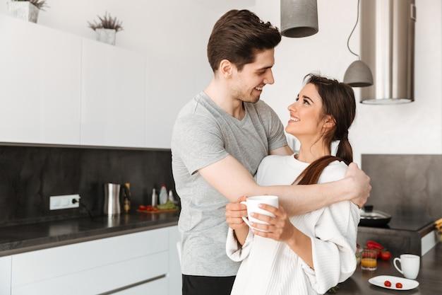 Portrait d'un joli jeune couple buvant du café