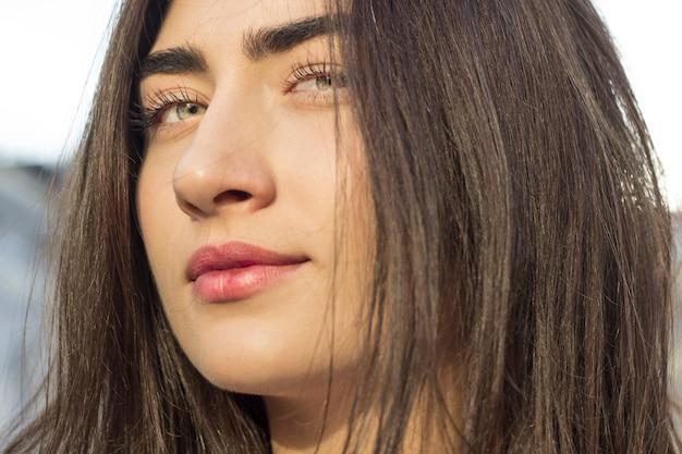 Portrait d'une jolie adolescente. belle jeune femme