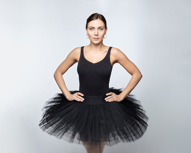 Portrait de jolie ballerine. séance photo en studio sur fond blanc