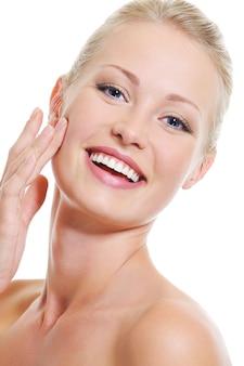 Portrait de jolie belle femme avec une peau claire et saine - sur blanc